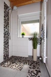 Modernes Und Außergewöhliches Duschbad Mit Schönem Stein Mosaik An  Waschtisch Und Dusch Armatur.
